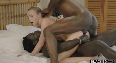 Пацаны с черными членами ебут блонду в мокрые щели
